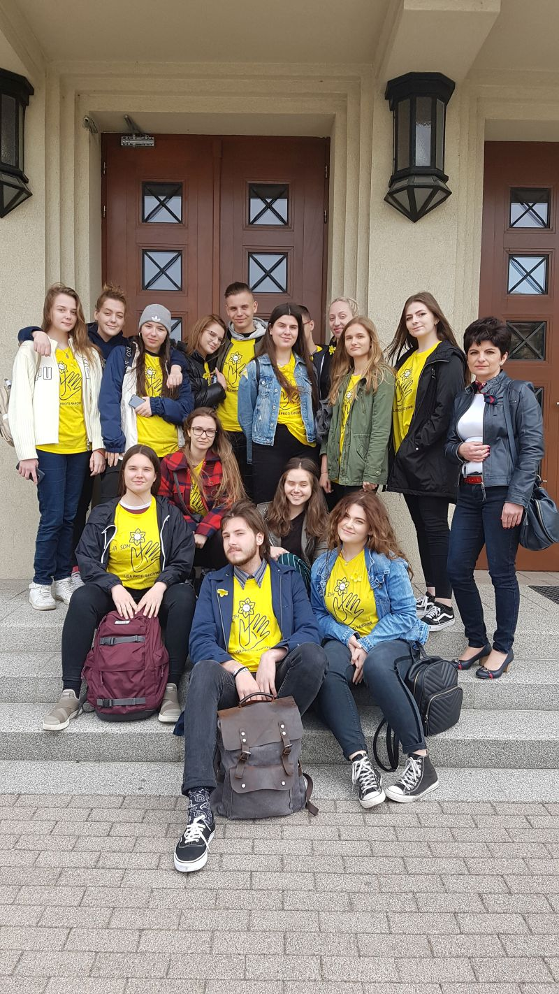 04c79afe3605 2019 sa študenti našej školy zúčastnili zbierky na podporu ľudí proti  rakovine - Dňa narcisov vyzbierali sme spolu užasných 4673